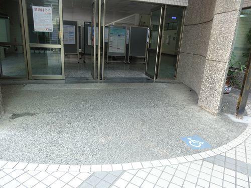 光禧樓大門前無礙坡道