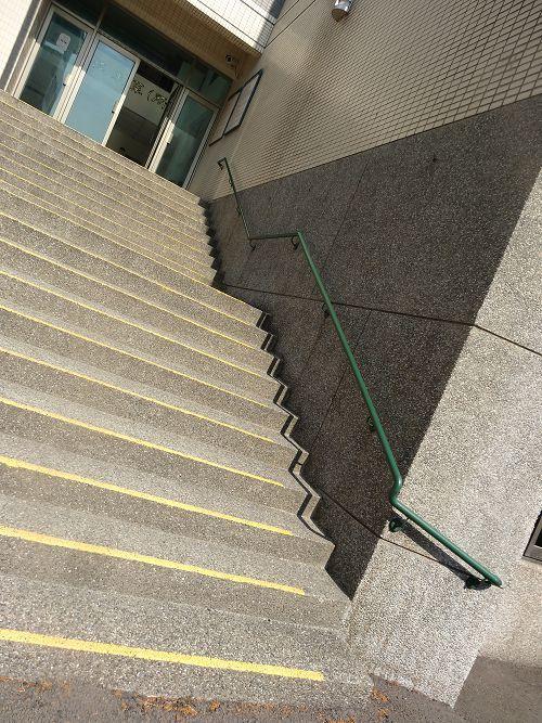 通往影醫館無障礙手扶階梯